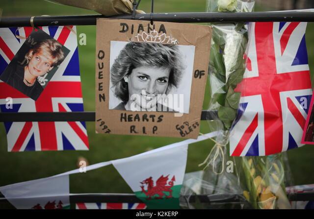 Londra, Regno Unito. 31 Agosto, 2017. La gente paga tributo alla Principessa Diana a Kensington Palace dopo 20 anni Immagini Stock