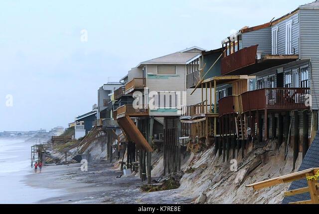 16 settembre 2017- sud ponte vedra Beach, Florida, Stati Uniti - la gente a piedi la spiaggia passato case sulla Immagini Stock
