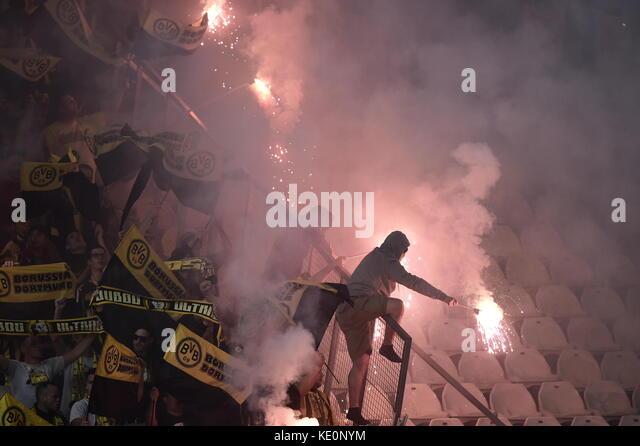 Nicosia, Cipro. Xvii oct, 2017. dortmund ventole fuochi d'artificio di luce nelle gabbie durante la champions Immagini Stock