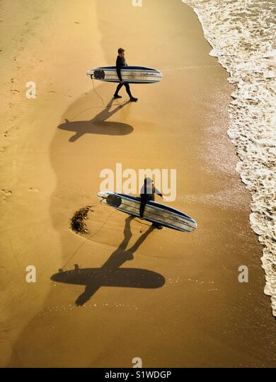 Due surfisti a piedi in surf. Manhattan Beach, California USA. Immagini Stock