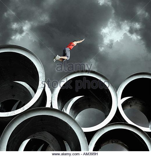 Jumper de longa sobre cilindros grandes Imagens de Stock