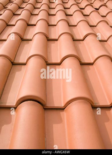 Nova cor-de-laranja de telhas de perto em Portugal Imagens de Stock