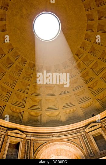 Roma, Itália. Interior do Panteão na Piazza della Rotonda o imagens Oculus e os caixotões do tecto. Imagens de Stock