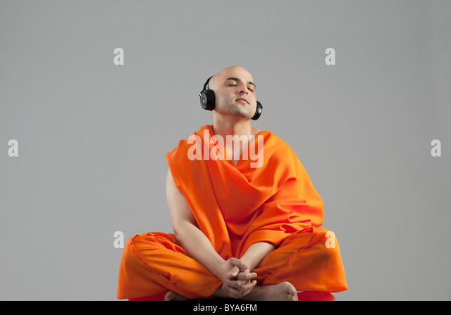 Monge ouvir música Imagens de Stock