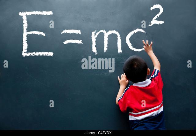 Boy desenho E=mc2 na parede Imagens de Stock