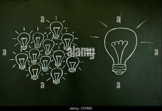 Muitas pequenas ideias igual um grande, ilustrado com giz elaborado lâmpadas de iluminação blackboard. Imagens de Stock