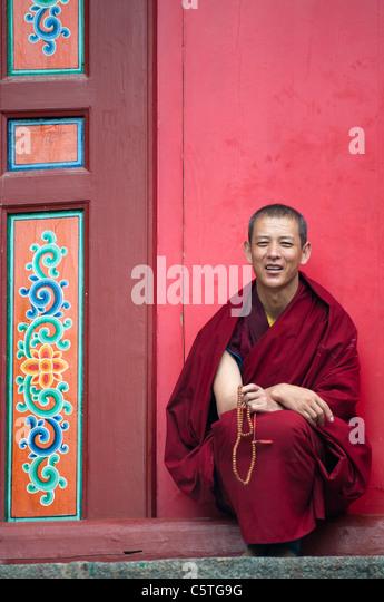 Chapéu Amarelo Scet monges budistas rezar no Mosteiro Kumbum, Huangzhong, província vizinha Qinghai, China Imagens de Stock