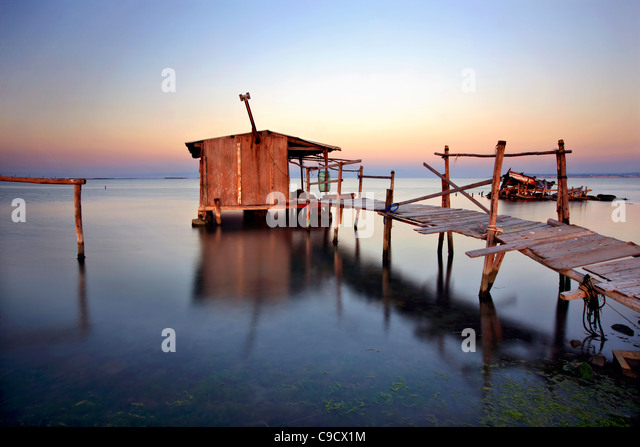 """Cabana de palafita no Delta do Rio Axios (também conhecido como """"Vardaris' rio), Salónica, Macedónia, Imagens de Stock"""