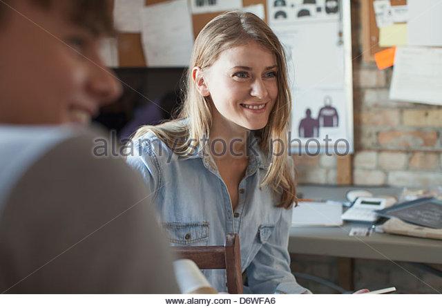 Feliz design professional com colega de trabalho à procura de distância na oficina Imagens de Stock