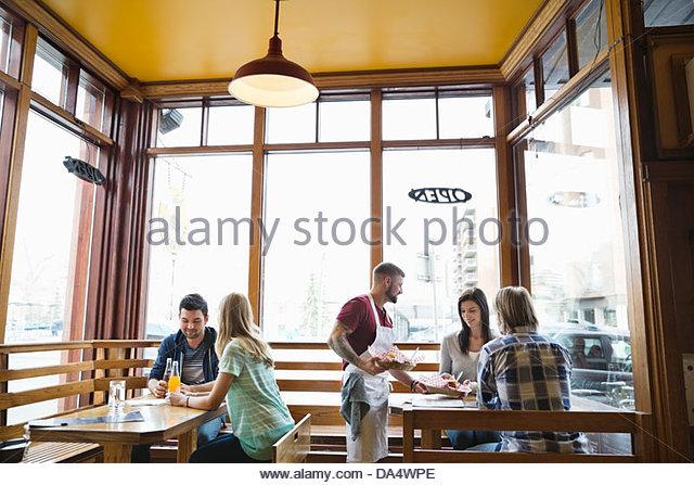 Sexo masculino deli proprietário servir comida para os clientes Imagens de Stock
