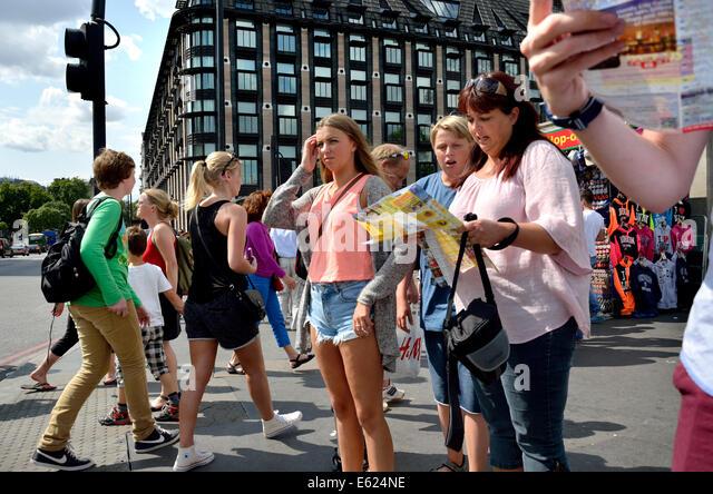 Londres, Inglaterra, Reino Unido. Família olhando um mapa na ponte de Westminster - Portcullis Computer House Imagens de Stock
