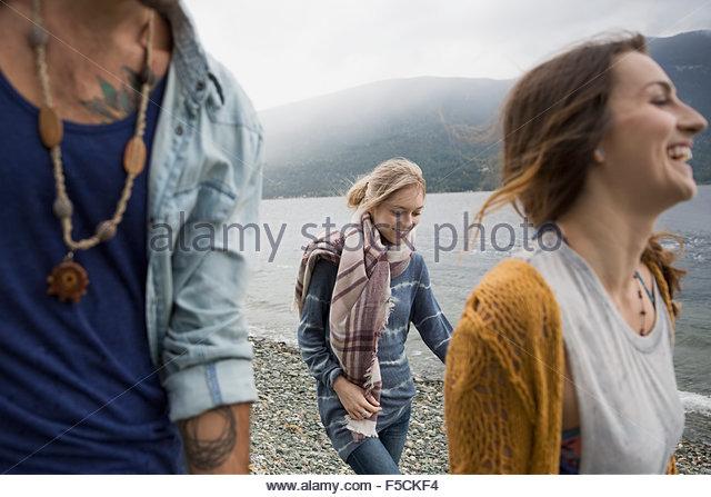 Jovens amigos andando em lakeside Imagens de Stock