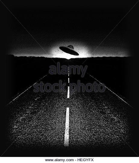 Ufo na estrada à noite idade do espaço retro disco voador cinza próximo encontro Imagens de Stock
