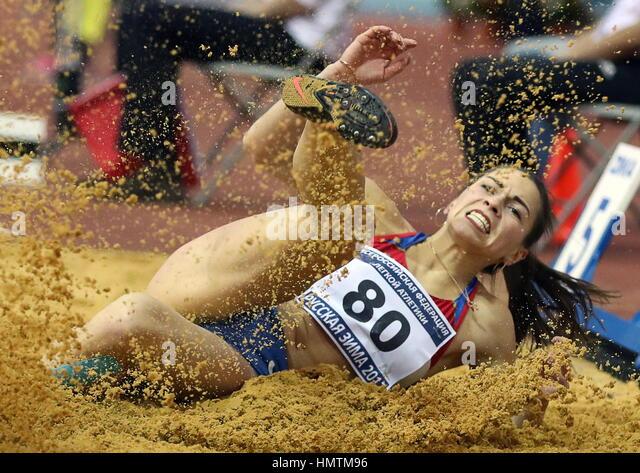 Moscovo, Rússia. 5 Fev, 2017. Marina da Rússia Buchelnikova concorre no salto em evento no inverno russo Imagens de Stock