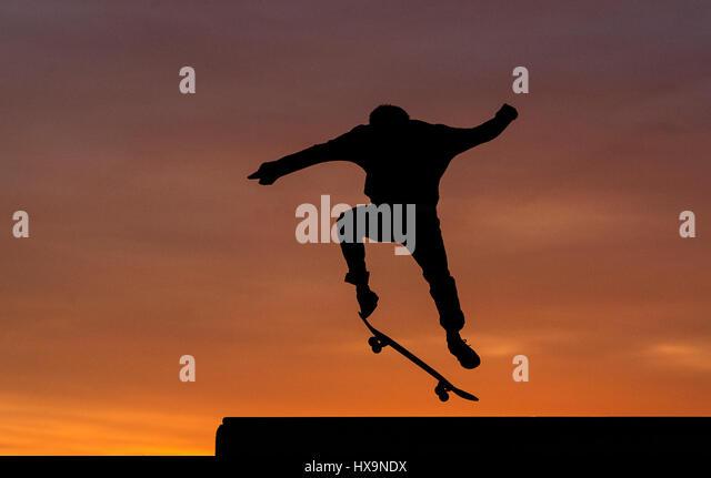 Berlim, Alemanha. Xxv Mar, 2017. Um skater em ação no pôr do sol na Tempelhofer Feld (aceso. Campo Imagens de Stock