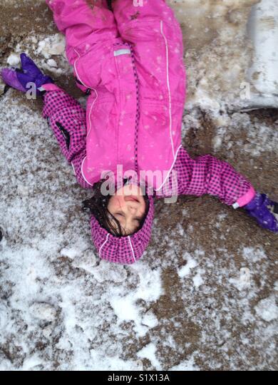 Menina desfrutando da primeira neve. Imagens de Stock
